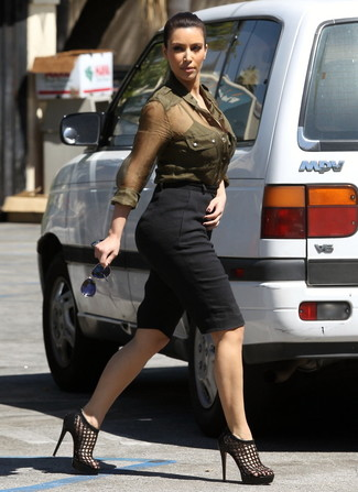 Look de Kim Kardashian: Camisa de vestir verde oliva, Bermudas negras, Sandalias de tacón de cuero negras