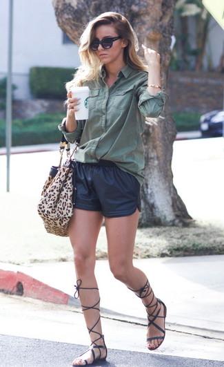 Cómo combinar unos pantalones cortos de cuero negros: Empareja una camisa de vestir verde oscuro junto a unos pantalones cortos de cuero negros para conseguir una apariencia glamurosa y elegante. Sandalias romanas altas de cuero negras resaltaran una combinación tan clásico.