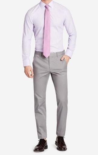 Cómo combinar: camisa de vestir violeta claro, pantalón chino gris, zapatos brogue de cuero en marrón oscuro, corbata rosada