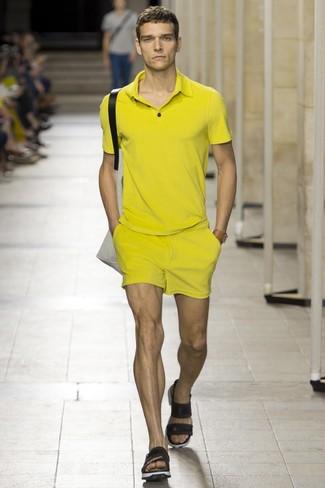 Cómo combinar: camisa polo amarilla, pantalones cortos amarillos, sandalias de cuero negras, bolsa tote de lona en beige