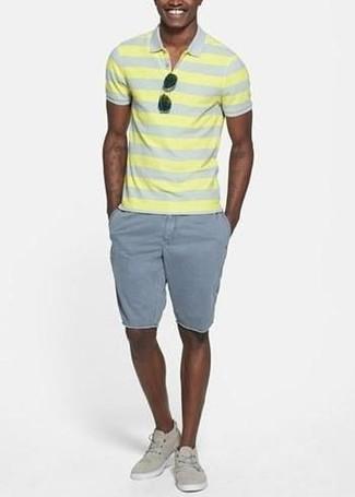 Cómo combinar: camisa polo de rayas horizontales amarilla, pantalones cortos grises, tenis de lona en beige, gafas de sol negras