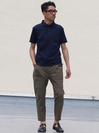 Cómo combinar una camisa polo azul marino: Elige una camisa polo azul marino y un pantalón cargo verde oliva para cualquier sorpresa que haya en el día. ¿Quieres elegir un zapato informal? Elige un par de sandalias de cuero negras para el día.