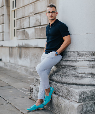 Cómo combinar: camisa polo azul marino, pantalón chino blanco, mocasín de ante en turquesa, reloj de cuero negro
