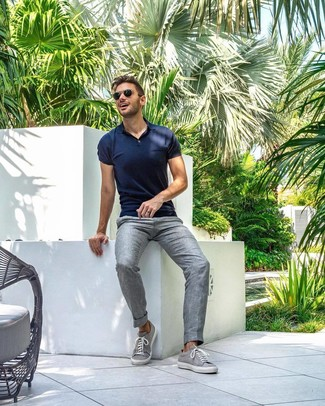 Cómo combinar: camisa polo azul marino, pantalón de vestir de lino gris, tenis grises