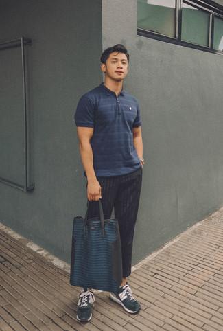 Cómo combinar: camisa polo de rayas horizontales azul marino, pantalón de vestir de rayas verticales negro, deportivas de ante azul marino, bolsa tote de cuero azul marino