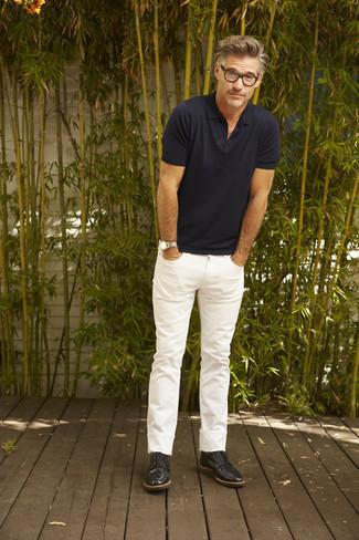 Cómo combinar unos zapatos de vestir: Elige una camisa polo azul marino y unos vaqueros blancos para una vestimenta cómoda que queda muy bien junta. Completa tu atuendo con zapatos de vestir para mostrar tu inteligencia sartorial.