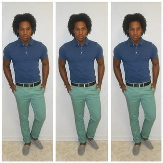 Empareja una camisa polo azul junto a un pantalón chino verde menta para una vestimenta cómoda que queda muy bien junta. Este atuendo se complementa perfectamente con alpargatas grises.
