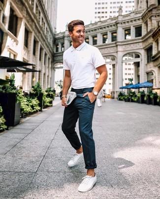 Cómo combinar: camisa polo blanca, pantalón chino azul marino, tenis de lona blancos, reloj de cuero marrón claro