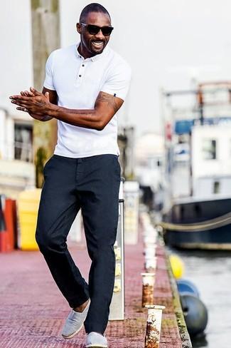 Look de Idris Elba: Camisa Polo Blanca, Pantalón Chino Azul Marino, Zapatillas Slip-on de Lona Grises, Gafas de Sol Negras