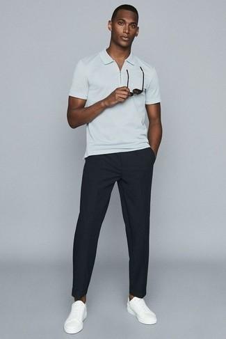 Cómo combinar una camisa polo blanca: Usa una camisa polo blanca y un pantalón chino negro para conseguir una apariencia relajada pero elegante. Tenis de cuero blancos son una opción práctica para complementar tu atuendo.