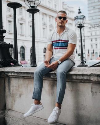 Cómo combinar: camisa polo de rayas horizontales blanca, pantalón de vestir gris, tenis blancos, reloj plateado