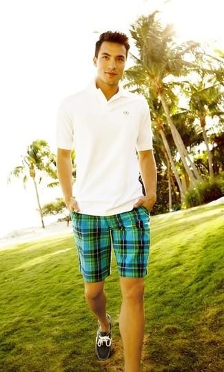 Cómo combinar: camisa polo blanca, pantalones cortos de tartán en turquesa, náuticos de ante en gris oscuro