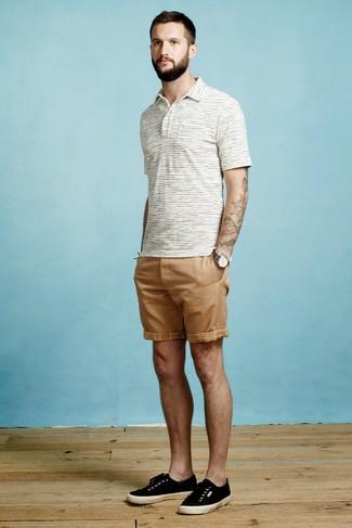 Cómo combinar: camisa polo de rayas horizontales blanca, pantalones cortos marrón claro, tenis de lona negros, reloj de lona en gris oscuro