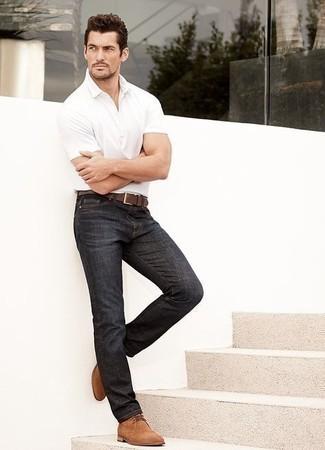 Outfits hombres: Ponte una camisa polo blanca y unos vaqueros azul marino para conseguir una apariencia relajada pero elegante. Con el calzado, sé más clásico y haz botas safari de ante en tabaco tu calzado.