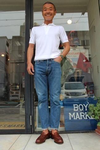 Cómo combinar una camisa polo blanca para hombres de 50 años: Considera ponerse una camisa polo blanca y unos vaqueros azules para una apariencia fácil de vestir para todos los días. Con el calzado, sé más clásico y opta por un par de mocasín de cuero burdeos.