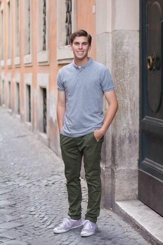 Cómo combinar un pantalón chino verde oliva: Equípate una camisa polo celeste con un pantalón chino verde oliva para un almuerzo en domingo con amigos. Tenis de lona violeta claro son una opción grandiosa para completar este atuendo.
