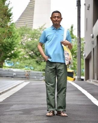 Cómo combinar unas chanclas: Utiliza una camisa polo celeste y un pantalón chino verde oscuro para un almuerzo en domingo con amigos. ¿Quieres elegir un zapato informal? Complementa tu atuendo con chanclas para el día.