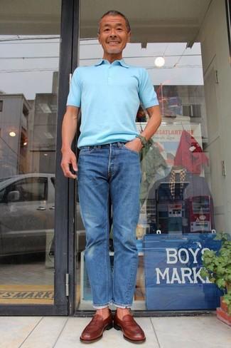 Cómo combinar: camisa polo celeste, vaqueros azules, mocasín de cuero marrón, reloj verde oscuro