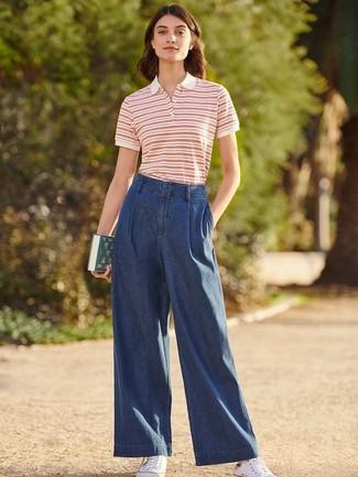 Cómo combinar una camisa polo: Elige una camisa polo y unos pantalones anchos vaqueros azul marino para una vestimenta cómoda que queda muy bien junta. Si no quieres vestir totalmente formal, elige un par de tenis de lona blancos.