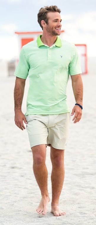 Cómo combinar: camisa polo de rayas horizontales en verde menta, pantalones cortos en beige, pulsera azul marino