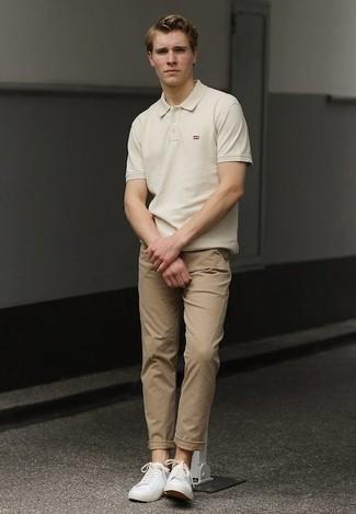 Cómo combinar un pantalón chino marrón claro: Intenta combinar una camisa polo en beige junto a un pantalón chino marrón claro para un almuerzo en domingo con amigos. Tenis de lona blancos son una opción inigualable para completar este atuendo.