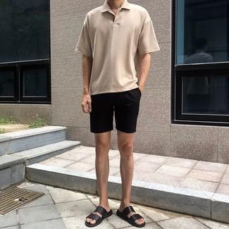 Outfits hombres: Considera emparejar una camisa polo en beige con unos pantalones cortos negros para un almuerzo en domingo con amigos. ¿Quieres elegir un zapato informal? Elige un par de sandalias de cuero negras para el día.