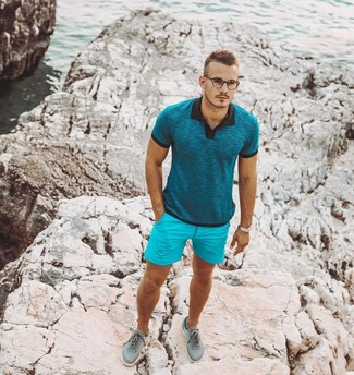 Cómo combinar: camisa polo en verde azulado, pantalones cortos en turquesa, tenis en verde menta