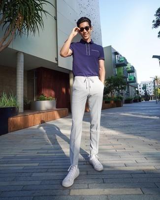 Cómo combinar un pantalón chino gris: Elige una camisa polo en violeta y un pantalón chino gris para un look diario sin parecer demasiado arreglada. Si no quieres vestir totalmente formal, completa tu atuendo con zapatillas altas de lona blancas.