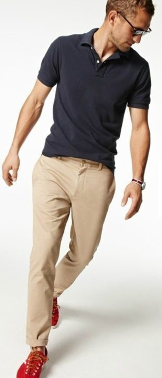 Look de moda Camisa Polo Gris Oscuro, Pantalón Chino Beige, Zapatillas Bajas Rojas