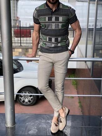 Cómo combinar un pantalón chino en beige: Usa una camisa polo estampada gris y un pantalón chino en beige para una vestimenta cómoda que queda muy bien junta. Dale onda a tu ropa con mocasín con borlas de ante en beige.