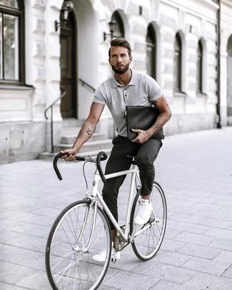 Cómo combinar un pantalón chino en gris oscuro: Elige una camisa polo gris y un pantalón chino en gris oscuro para una vestimenta cómoda que queda muy bien junta. Tenis de lona blancos son una opción buena para completar este atuendo.