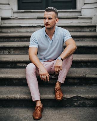 Cómo combinar: camisa polo gris, pantalón de vestir rosado, zapatos derby de cuero marrónes, reloj de cuero en marrón oscuro