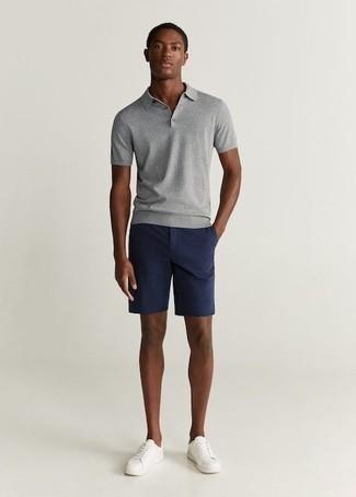 Cómo combinar unos pantalones cortos azul marino: Intenta ponerse una camisa polo gris y unos pantalones cortos azul marino para un look diario sin parecer demasiado arreglada. Tenis de cuero blancos son una opción buena para complementar tu atuendo.