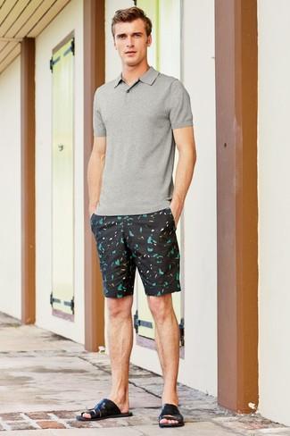 Cómo combinar: camisa polo gris, pantalones cortos estampados negros, sandalias de cuero negras
