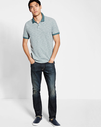 Cómo combinar: camisa polo gris, vaqueros azul marino, zapatillas slip-on de cuero azul marino