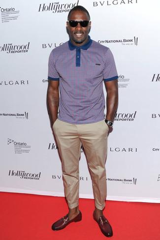 Look de Idris Elba: Camisa Polo a Cuadros Morado, Pantalón Chino en Beige, Mocasín de Cuero Burdeos, Reloj de Cuero Negro