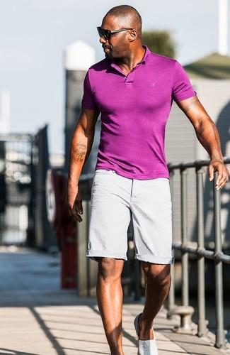 Look de Idris Elba: Camisa Polo Morado, Pantalones Cortos Grises, Zapatillas Slip-on Grises