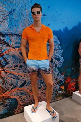 Cómo combinar: camisa polo naranja, pantalones cortos estampados celestes, chanclas azules, gafas de sol negras