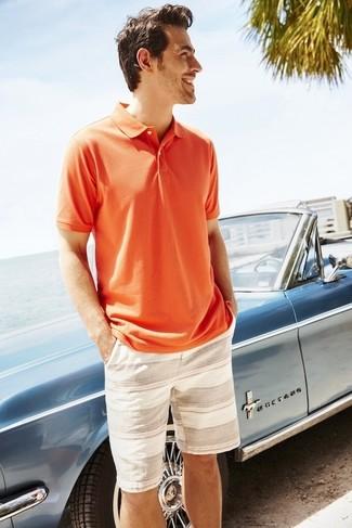 Cómo combinar: camisa polo naranja, pantalones cortos de rayas horizontales en beige