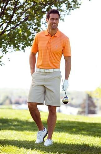 Cómo combinar: camisa polo naranja, pantalones cortos en beige, zapatillas plimsoll blancas, correa de cuero blanca