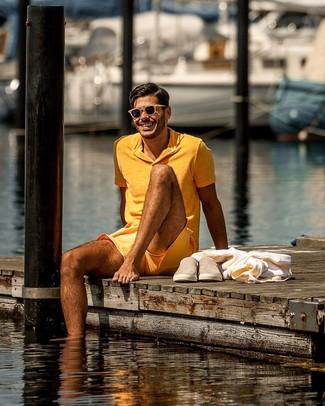 Cómo combinar: camisa polo naranja, pantalones cortos naranjas, zapatillas slip-on de ante marrón claro, gafas de sol marrón claro
