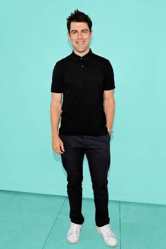 Cómo combinar una camisa polo negra: Considera emparejar una camisa polo negra con un pantalón chino azul marino para una vestimenta cómoda que queda muy bien junta. Tenis de cuero blancos son una opción inigualable para complementar tu atuendo.