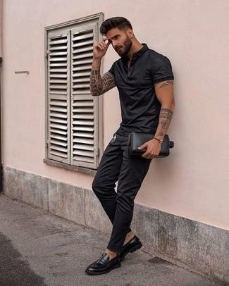 Cómo combinar un bolso con cremallera de cuero negro: Para un atuendo tan cómodo como tu sillón ponte una camisa polo negra y un bolso con cremallera de cuero negro. Mocasín de cuero negro levantan al instante cualquier look simple.
