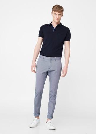 Cómo combinar: camisa polo negra, pantalón de vestir celeste, tenis de cuero blancos