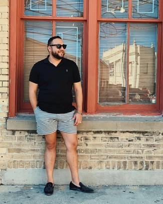 Cómo combinar: camisa polo negra, pantalones cortos de rayas horizontales celestes, mocasín de terciopelo negro, gafas de sol negras