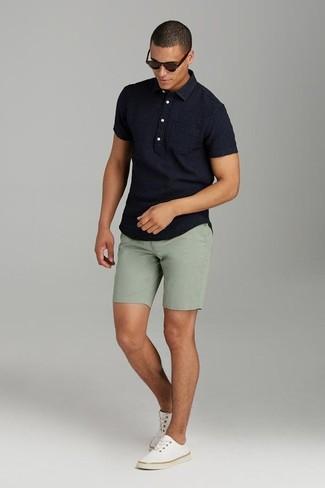 Cómo combinar: camisa polo negra, pantalones cortos verde oliva, tenis de lona en beige, gafas de sol en marrón oscuro
