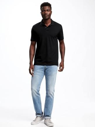 Cómo combinar una camisa polo negra: Opta por una camisa polo negra y unos vaqueros celestes para lidiar sin esfuerzo con lo que sea que te traiga el día. Complementa tu atuendo con tenis de cuero grises.