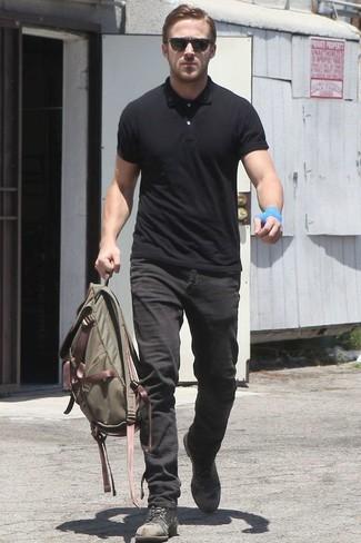 Look de Ryan Gosling: Camisa Polo Negra, Vaqueros Negros, Botas Casual de Cuero Negras, Mochila de Lona Verde Oliva