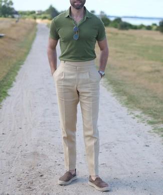 Cómo combinar unas alpargatas de ante marrónes: Ponte una camisa polo verde y un pantalón chino en beige para una apariencia fácil de vestir para todos los días. Alpargatas de ante marrónes son una opción grandiosa para complementar tu atuendo.