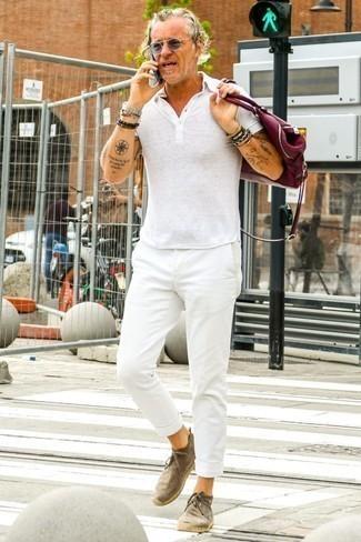 Cómo combinar una camisa polo blanca para hombres de 50 años: Intenta ponerse una camisa polo blanca y un pantalón chino blanco para una vestimenta cómoda que queda muy bien junta. ¿Te sientes valiente? Elige un par de botas safari de ante marrónes.